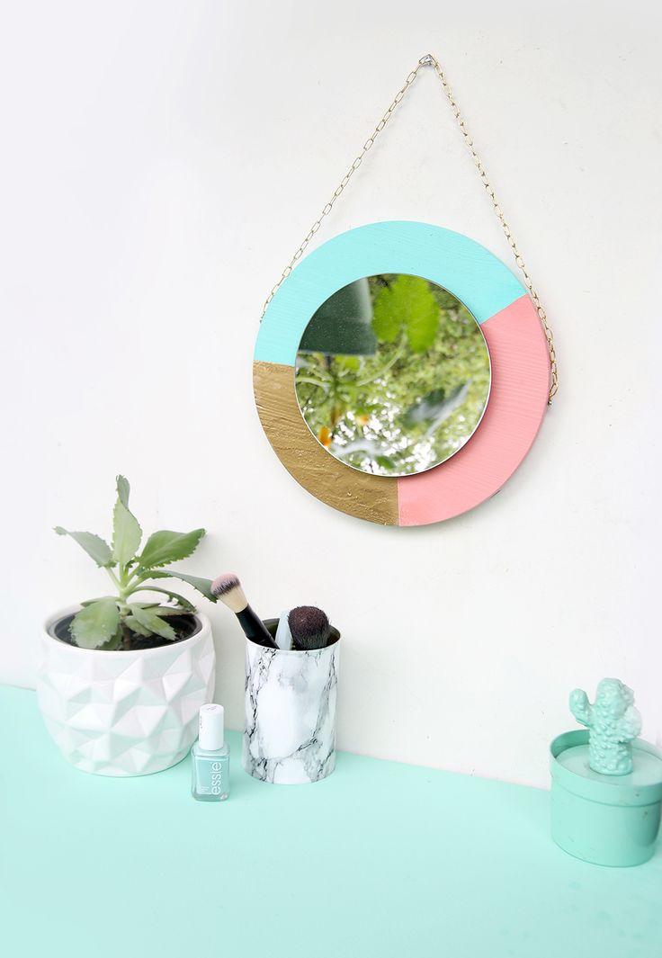 Hübscher DIY-Spiegel aus Holz selbstgemacht - Spiegel in Bonbonfarben selbst aussägen und in Türkis, Pink un Gold bemalen