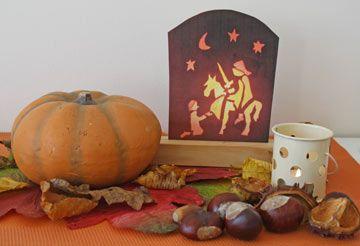Op een herfst-oranje placemat ligt op enkele herfstbladeren een pompoen. Daar worden traditioneel de Sint Maarten-lantaarntjes van gemaakt. Voor ene volledige beschrijving zie: http://www.geloventhuis.nl/2015/omhoog-vallen/kijktafels/kijktafels-voor-de-herfst-waarop-omhoog-gevallen-wordt.html