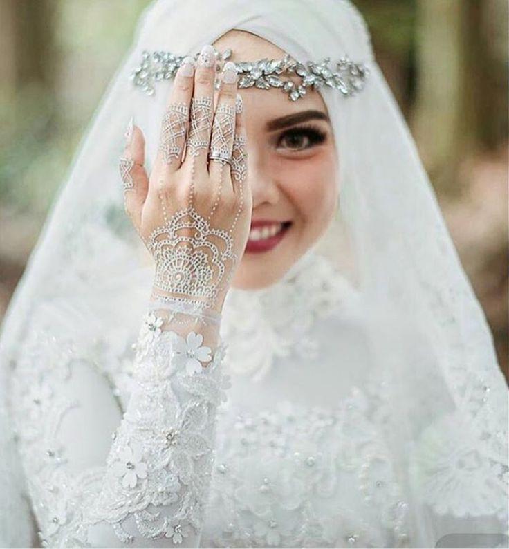 hijab muslim bride in white dress with white henna | hijabi wedding dress