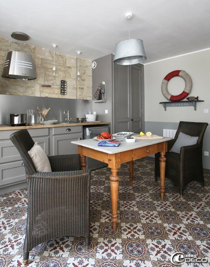 Deux fauteuils 'Carlo' chez 'Loom de Florence' entourent une table à pieds tournés chinée à Caen chez 'L'Horloge Penchée, gîtes 'La Maison Matelot' à Port-en-Bessin