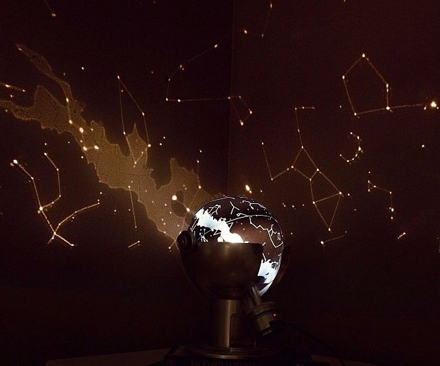 Gain a deeper understanding of our cosmos by studying the night sky with this mini planetarium projector. It makes all the constellations clearly visible and can be set with a specific latitude, date, and time to see the night sky anywhere in the world.
