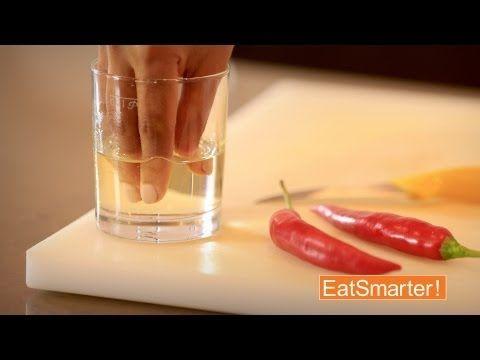 Chili schneiden ohne bleibende Schärfe an den Händen! - Die 50 Besten Küchentricks der Welt - Unsere Video Serie auf YouTube! Hier könnt Ihr kostenlos unseren Channel abbonieren: http://www.youtube.com/eatsmarter