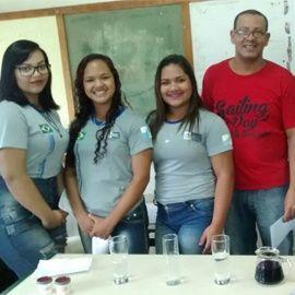 Professor João Ferreira, do CIEP 351, EM N. Iguaçu, realiza atividade sobre reações químicas com alunos do 3o. ano do Ensino Médio.