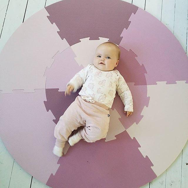 Har dere sett noe så nydelig?!  Tusen takk @stineck for at vi får dele bildet  Den runde lekematten fra Sebra finnes i rosa og blå, og kan bestilles i nettbutikken  #kidsparadise #lekematte #puslespill #sebra #babyrom #barnerom #barnrumsinspo #babylek