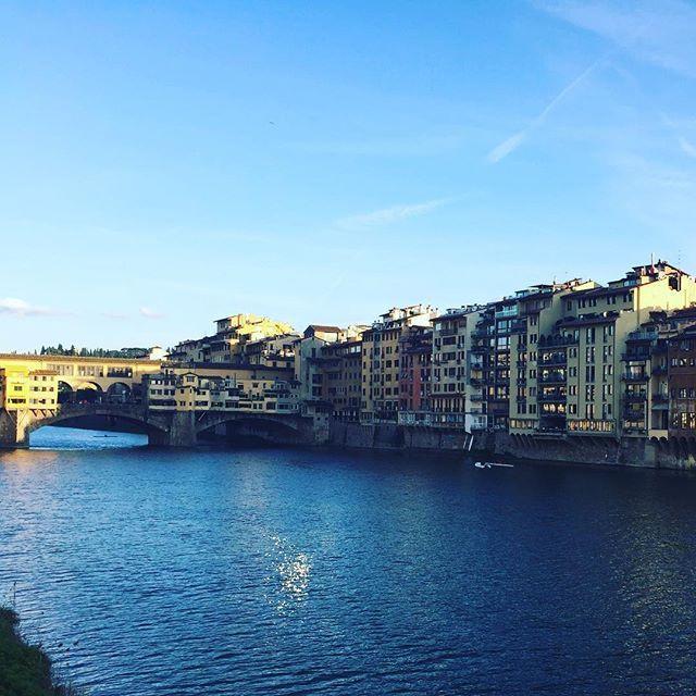 在老橋上不自覺驚嘆 歷史原來這麼精彩  #sky #blue #bridge #house #store #river #history #italy  #note #diary #photo #love #life #travel #walk #culture #日誌 #旅行 #發現