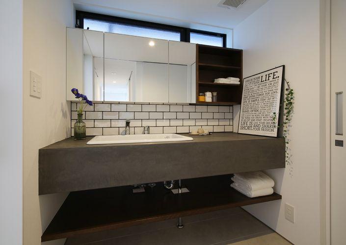 タイルとモルタルでレトロ調に仕上げた洗面所