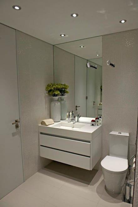 BAÍA DE LUANDA: Casas de banho modernas por Spaceroom - Interior Design