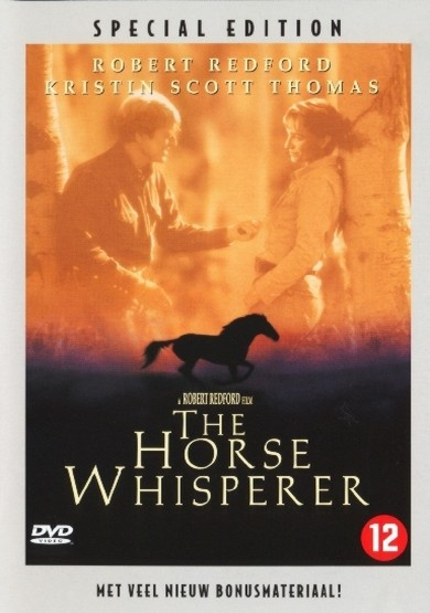 Een jong meisje krijgt met haar lievelingspaard een afschuwelijk ongeval, waaraan ze allebei ernstige lichamelijke en emotionele littekens overhouden. Vastbesloten om hen te helpen besluit de wanhopige moeder van het meisje (Thomas) haar hectische stadsleven te onderbreken, en reist naar het westen om De Paardenfluisteraar te vinden. Wanneer zij de ruige en nuchtere rancher (Redford) ontmoet, ontdekt ze dat hij met zijn buitengewone gave niet alleen dieren helpt.