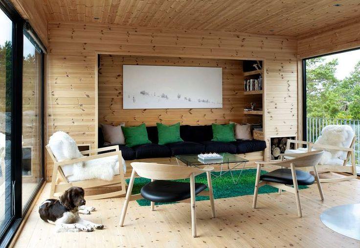 SKANDINAVISK: Sofaen er trukket inn i veggen og omrammet av bokhyller og musikkanlegg. På den ene siden er det satt av plass til ved, på den andre siden har hunden Kompis fått sin egen hule. Gyngestolene er fra Ikea, rundstolene er fra Room. Gulvteppet fikk paret fra en kollega som skulle kaste det.