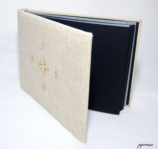 Album do wklejania zdjęć.  Album posiada 30 czarnych stron (15 kart) o wymiarach 24x18 cm. Okładkę oprawioną naturalnym lnem ozdobiono delikatną, tekturową różą wiatrów.  Album ten, to...