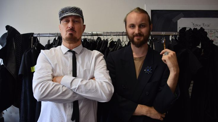Kjell Nordström og assistent Aleksander Sahr foran kolleksjonen som skal skaffe business til Sisters in business.