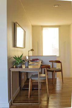 Ideas para tu escritorio: rincón de trabajo en el descanso de la escalera, transformado con una sencilla mesa de petiribí con cajonera de laca beige y sillas de lenga curvadas.