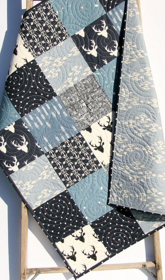❘❘❙❙❚❚ EN SOLDE ❚❚❙❙❘❘  Les couleurs sont belle et moderne Ivoire, bleu clair, blanc et bleu marine. Vous pouvez choisir la taille bébé (34 x 41») ou un bambin (34 «x 54»). Ce serait faire une couverture parfaite pour le petit dans votre vie! L'aspect rustique moderne est à droite sur la tendance et un look intemporel!  Une courtepointe est trois couches cousues ensemble, la couche du milieu étant un naturel ouate. Matelassé professionnellement sur un bras long quilting machine ; les…
