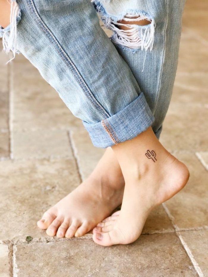 petit tatouage cheville pour femme, dessin graphique, motif cactus exotique et discret