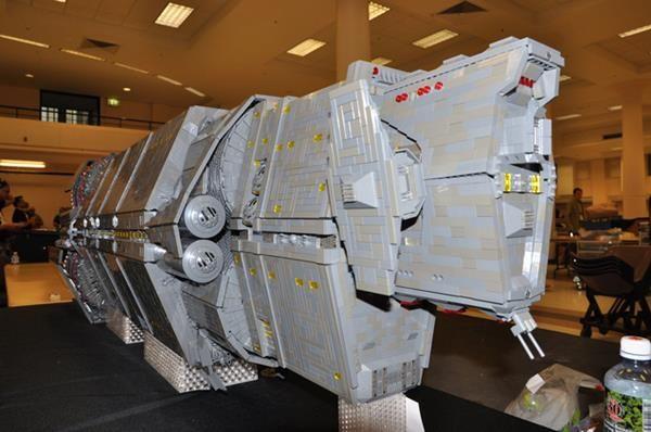 Ivre, il construit un vaisseau spatial Lego à 7000$