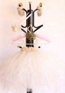 tütü elbise,taşlanmış ayakkabı ve şık bir saç bandı