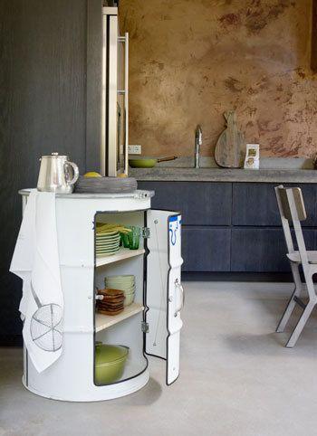 De keuken krijgt een extra karakter met een 'vreemde eend in de bijt'. Dit kastje is een oud olievat en kan gebruikt worden om bijvoorbeeld pannen en borden op te bergen.