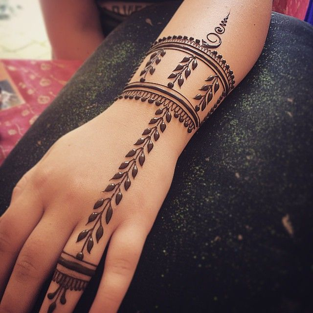 Minimalist henna... Sometimes you just need a few, clean lines. #henna #hennapro…