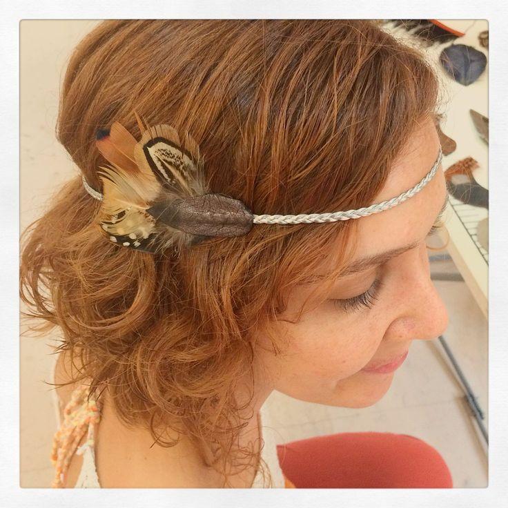 Headband ou bijou de tête en cuir tressé argenté & bronze foncé et plumes rousses, symétriques sur chaque côté du front : Accessoires coiffure par charlie-o-plumes