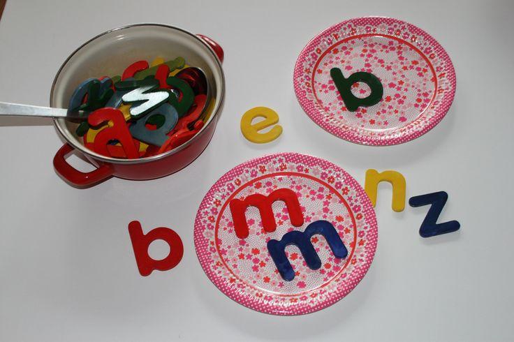 Lettersoep. Met een soeplepel sche je de letters uit de soeppan. Ken jij de letters ? kun je er een woord mee maken. Welke letters zijn hetzelfde. actief spel. Ook leuk om bingo mee te spelen.