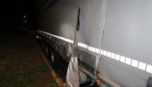 K dopravní nehodě došlo v Holýšově. Pětapadesátiletý řidič nákladního vozidla tovární značky Mercedes Benz s návěsem při jízdě naboural bránu firmy a tři zaparkovaná vozidla. Byl silně podnapilý.