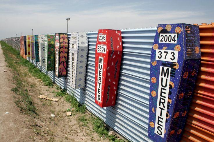 Ataúdes con el número de muertes en la frontera entre México y Estados Unidos #Coyote   #Migración   #EEUU   #Honduras