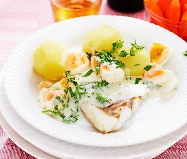 Stekt torsk gör man enklast i ugn. Hårdkokta ägg och hackad färsk persilja tillsammans med den lena såsen och den kokta potatisen blir en himmelsk kombination som smälter i munnen. Servera med knapriga morötter.