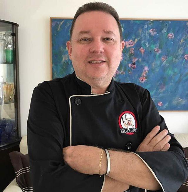 Agora chegamos quase na metade da nossa contagem do line up 😁😁 e o n°8 é um personagem super criativo 👏🏻👏🏻 Vinicius Tobias @bistro_mrpigs apaixonado pela gastronomia, amante de churrascos e apreciador de inovações na gastronomia. Especialista em Paellas e Churrascos de grelha. . ... #sotemfera #mrpigg #garantaseuingresso #ofelipegeorge #vemsercarnivoro #felipedunde #oldschool #premiuncarnes #carneesabor #cervejatijuca #mafripar #carneforte #melhores #churras #festa #salinas #belem…