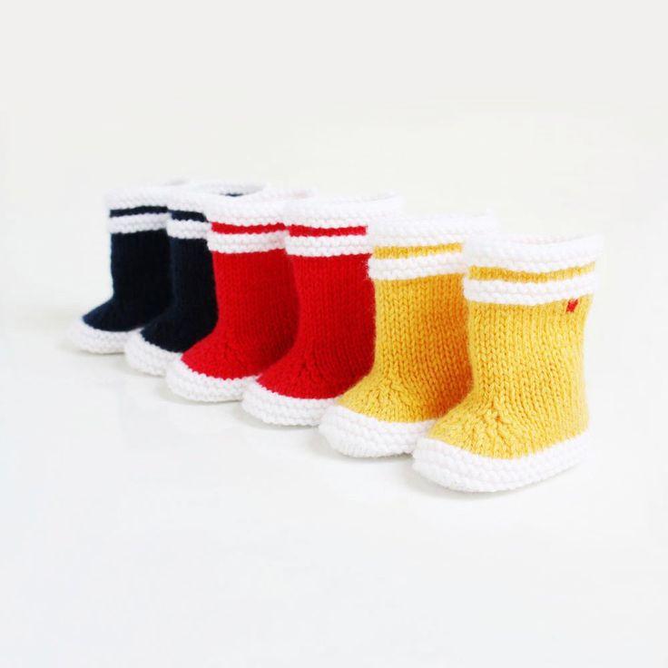 Bottes en maille façon bottes de marin, hommage aux bottes Aigle. Plusieurs couleurs : jaune, bleu, ou rouge. Deux tailles : 0-3 mois ou 3-6 mois...