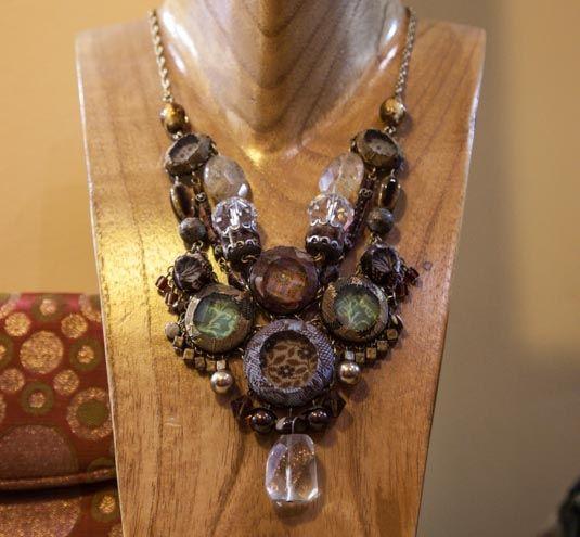 Collier ancien - Collier ancien Un large choix d'autres bijoux fantaisies à prix doux et d'autres plus anciens vous attendent en magasin.