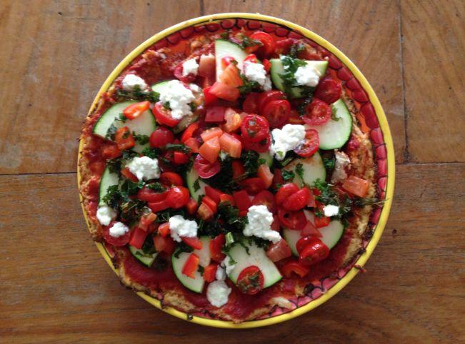 Iedereen heeft wel eens zin in pizza! Wij ook! Dus maakten we deze super healthy pizza met een bodem van bloemkool en hüttenkäse. Klik hier voor het recept!
