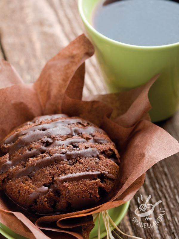 Muffins with chocolate with dark chocolate chips - Soffici soffici, gustosi gustosi, i Muffins al cacao con gocce di cioccolato fondente sono perfetti per riportare il buonumore dopo una giornata no!