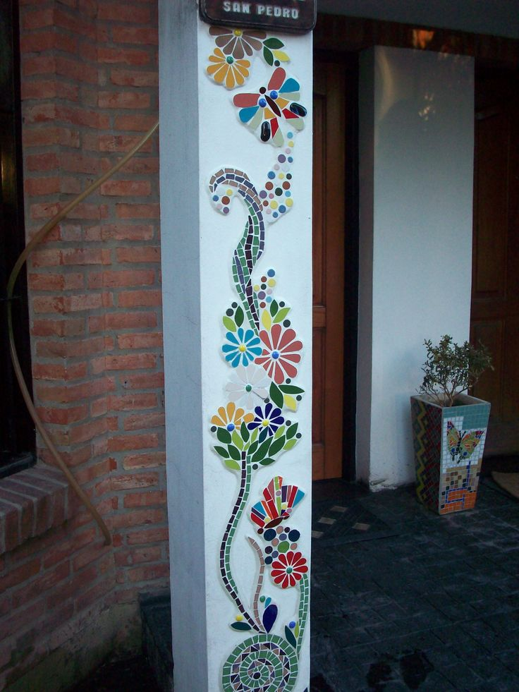 Guarda de flores y mariposas en la pared.