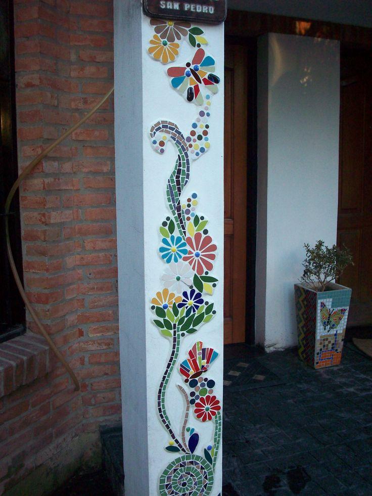 Guarda de flores y mariposas en la pared.