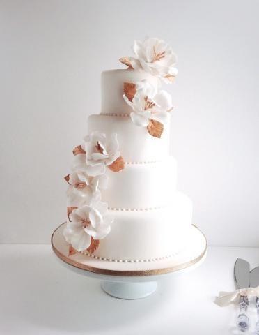 大ぶりのホワイトフラワーで大人ゴージャスタワーウェディングケーキ