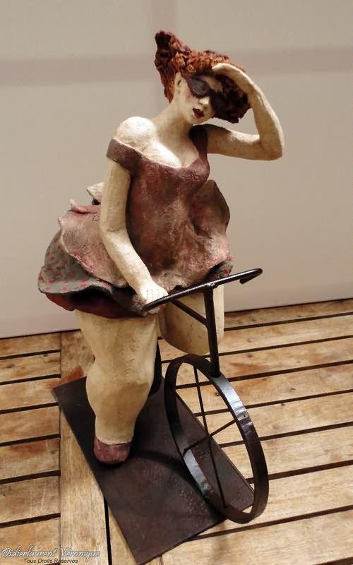 Véronique Didierlaurent - Paulette, 50x40 cm Terre Cuite, Chamotée et Patinée et Ferronerie