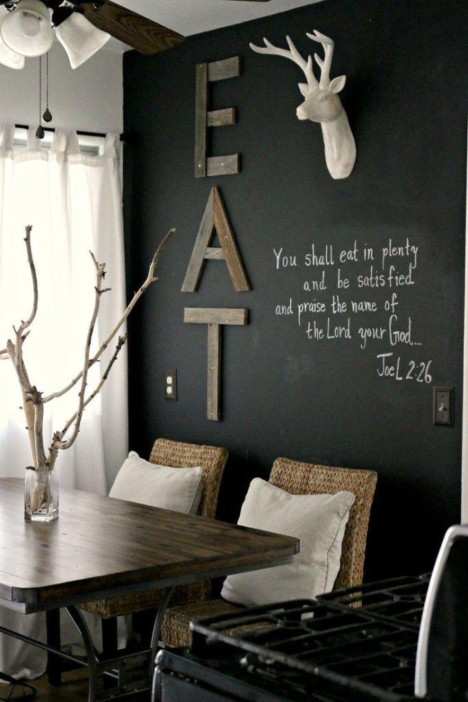 Ciekawie udekorowana jadalnia z czarną ścianą i rustykalnymi dodatkami