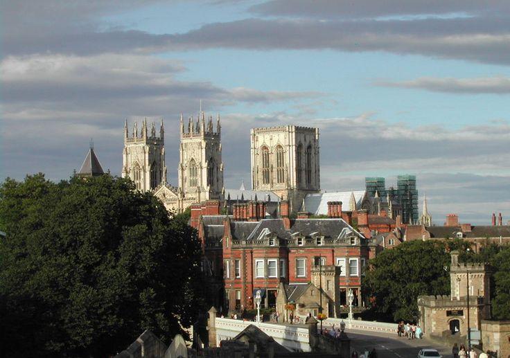 York, Inglaterra York tem uma rua dedicada às muralhas medievais da cidade, chamada Micklegate, de onde saem histórias sobre decapitações, sendo que as cabeças ficavam expostas para alertar o restante da população. Além disso, é famosa por suas igrejas, mesmo que muitas das construções tenham se perdido com o tempo