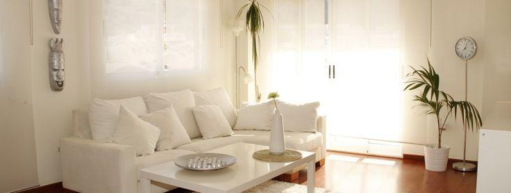 Si te has decidido por un salón con colores blancos, te traigo ideas para que puedas combinar decoración con espacio. El sofá es el eje central de la estancia, por lo que elegir correctamente es esencial. Echa un vistazo a nuestras ideas. http://www.elsofacama.com/salon-blanco/