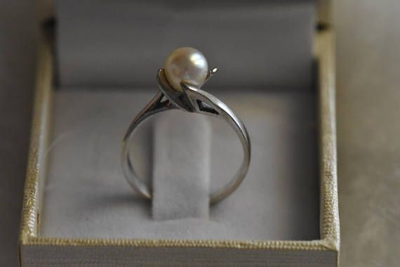 Solitaire ring white gold 14 kt set with natural pearl