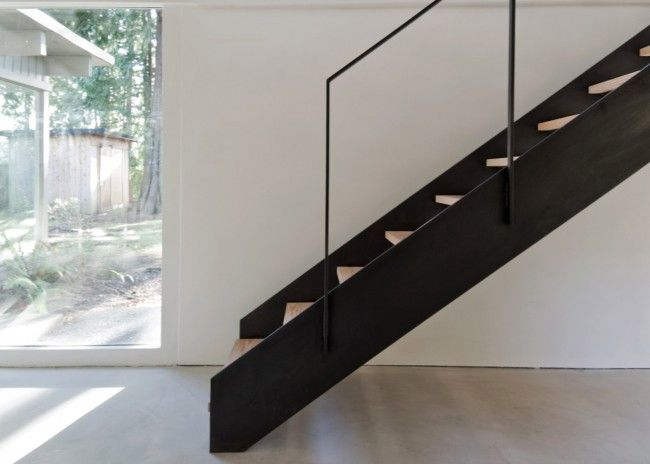 black wooden stairs | Roomed