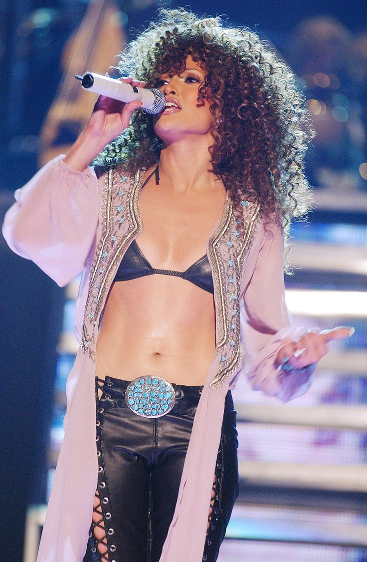 November 20, 2001  Holy abs! Lopez debuted her amazing body to the public for her first concert and network special, Jennifer Lopez in Concert, on NBC.