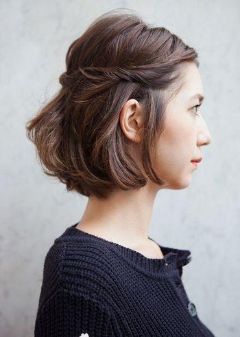 後ろの毛束を巻き込みながらねじって留めるスタイル。前髪を伸ばしている途中でも、額をすっきり出すことができます。バランスを見ながらトップの毛を引いて、ボリュームを出してあげて。