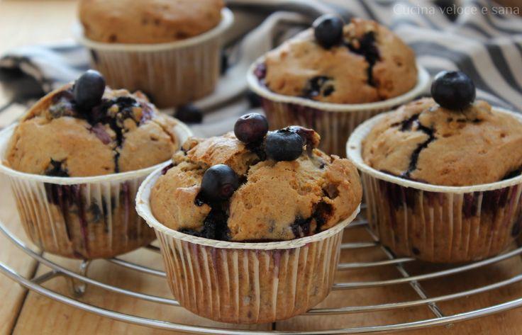 Muffin ai mirtilli vegan. Morbidi dolcetti senza uova e latticini adatti per merenda e colazione. Soffici anche il giorno successivo alla cottura