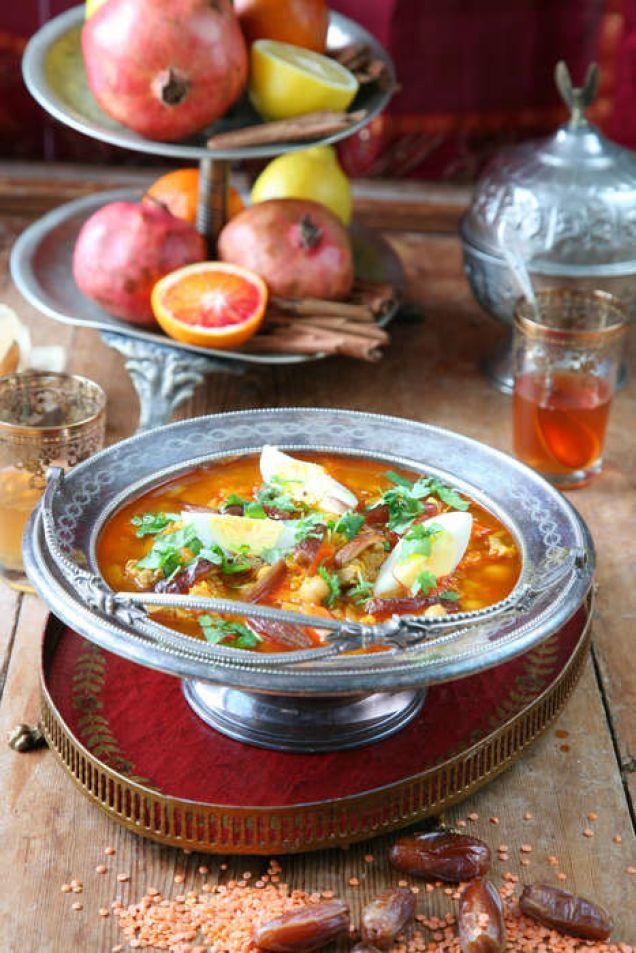 Det här är en klassisk soppa. Varje kväll under fastemånaden ramadan bryts fastan med en handfull dadlar, och sedan äter man en tallrik harira, en kraftig och mättande köttsoppa som varje husmor har sitt eget recept på. Men den här mustiga och goda soppan kan man verkligen njuta av året runt. En spännande smakbrytning är att servera soppan med hårdkokt ägg och strimlade dadlar.