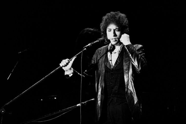 """Bob Dylan heeft de 109e Nobelprijs voor de Literatuur gewonnen. Dat heeft de Zweedse Academie donderdag bekendgemaakt in Stockholm. De 75-jarige Amerikaan krijgt de prijs voor het creëren van """"nieuwe poëtische uitdrukkingen binnen de Amerikaanse liedjestraditie"""", aldus de jury."""