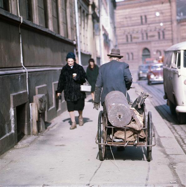 gateløp, fortau, mennesker, mann med håndkjerre, Frydenlunds bryggeri (1965-70). Pilestredet/Parkveien