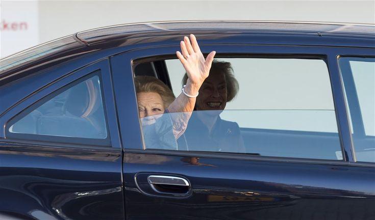"""6-12-2017 DELFT - Prinses Mabel had woensdag in Delft niet veel tijd meer om nog vragen te beantwoorden van televisieploegen over de uitreiking van de naar haar man vernoemde Prins Friso Ingenieursprijs. De reden? """"Ik moet het vliegtuig naar Londen halen, mijn dochters wachten thuis op me"""", aldus de prinses. Ze nam snel afscheid van schoonmoeder."""