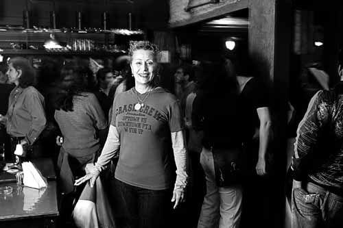 """Quando tinha 24 anos, em 1997, Maria Aparecida (Cida) Araújo decidiu assumir publicamente que era gay e apostar todas as suas economias em abrir um bar para a clientela de lésbicas. Duas decisões já difíceis para quem tinha pouco dinheiro e cuja família, conservadora, veio do interior. Não sabia que estava entrando numa guerra. """"Foram...<br /><a class=""""more-link"""" href=""""https://catracalivre.com.br/geral/urbanidade/indicacao/as-muralhas-da-rua-jerico/"""">Continue lendo »</a>"""