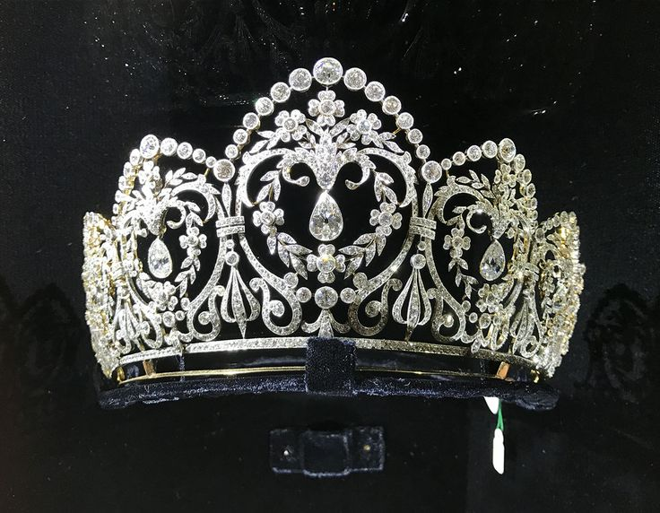 Especially for Lisa Lazar who asked about this tiara. It's French, 1905 and was shown at an intimate dinner for London Fashion week hosted by Anya Hindmarch at jewellers SJ Phillips!